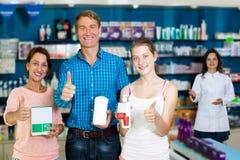 Семья при подросток девушки держа большие пальцы руки вверх Стоковые Изображения