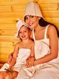 Семья при ребенок ослабляя на сауне Стоковые Фотографии RF