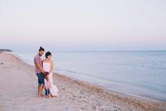 Семья при ребенок стоя на seashore Стоковое Изображение