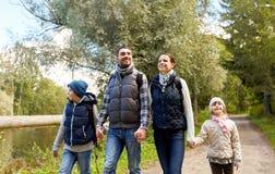 Семья при рюкзаки или идя в древесины стоковое изображение rf