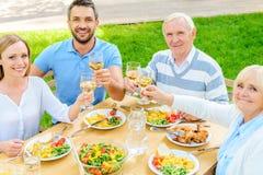 Семья провозглашать с вином Стоковые Фото
