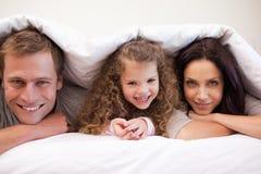 Семья пряча под их одеялом Стоковое фото RF