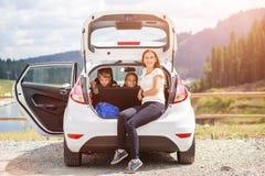 Семья путешествуя автомобилем и имея остатки на автостоянке Стоковое Фото