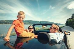 Семья путешествуя автомобилем cabriolet Стоковое Изображение RF