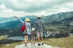 Семья путешествуя в горах Болгарии Rila Стоковые Фотографии RF