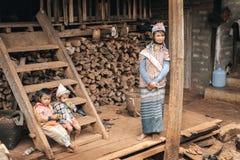 Семья племени холма Padaung (Карена) стоковые изображения rf