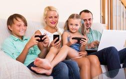 Семья работая с smartphones Стоковая Фотография