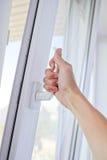 Семья раскрывает окно Стоковое Изображение RF