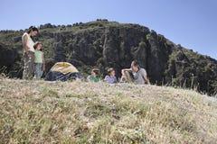 Семья располагаясь лагерем на верхней части горы Стоковые Изображения
