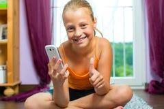 Семья - ребенок с клеткой или smartphone стоковое фото