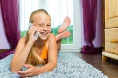 Семья - ребенок с клеткой или smartphone стоковое изображение rf