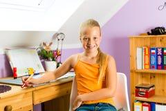 Семья - ребенок делая домашнюю работу Стоковые Изображения