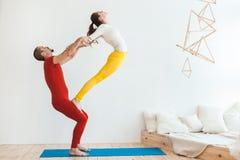 Семья резвится тренировка йоги стоковые изображения rf