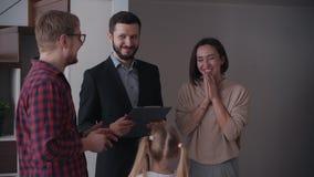 Семья решить купить или арендовать новый дом в здании видеоматериал
