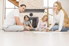Семья рисуя совместно в живущей комнате Стоковые Фотографии RF