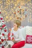 Семья рождества совместно cellebrating дочь и мать Нового Года праздника близко к белому дереву xmas с снегом и красными игрушкам Стоковая Фотография RF