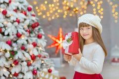 Семья рождества совместно cellebrating дочь и мать Нового Года праздника близко к белому дереву xmas с снегом и красными игрушкам Стоковые Изображения RF