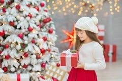 Семья рождества совместно cellebrating дочь и мать Нового Года праздника близко к белому дереву xmas с снегом и красными игрушкам Стоковое Изображение