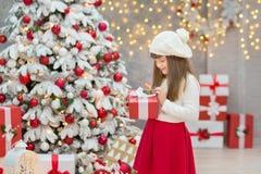 Семья рождества совместно cellebrating дочь и мать Нового Года праздника близко к белому дереву xmas с снегом и красными игрушкам Стоковое Фото