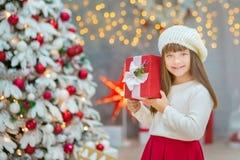 Семья рождества совместно cellebrating дочь и мать Нового Года праздника близко к белому дереву xmas с снегом и красными игрушкам Стоковые Фотографии RF
