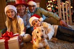 Семья, рождество, праздники и концепция Нового Года - holdin семьи Стоковые Изображения
