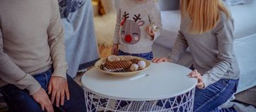 Семья сидит на таблице и делает ремесла, идет украсить дом, на таблице деревянные бары, деревянный отрезок, журнал стоковое изображение rf