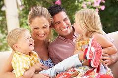 Семья сидя на софе совместно Стоковое Фото