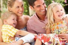 Семья сидя на софе совместно Стоковые Фото