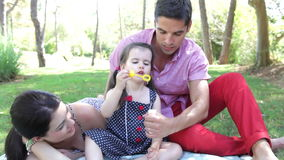 Семья сидит на половике внутри сток-видео