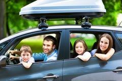 Семья сидя в автомобиле