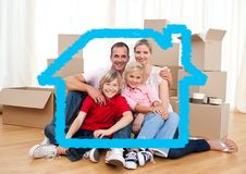 Семья сидя в живущей комнате против плана дома в предпосылке Стоковые Фотографии RF