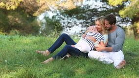 Семья сидя в траве видеоматериал