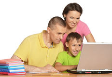 Семья сидя на таблице Стоковое фото RF