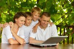Семья сидя на таблице Стоковые Фотографии RF