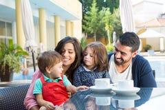 Семья сидя совместно Стоковые Изображения