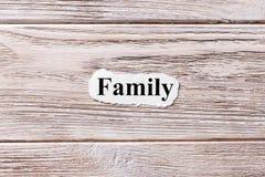 Семья слова на бумаге Концепция Слова семьи на деревянной предпосылке стоковые фото