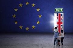Семья смотря дверь brexit Стоковое Изображение