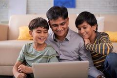 Семья смотря кино комедии стоковые изображения