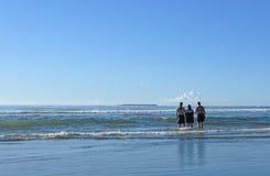 семья смотря море Стоковое Изображение RF