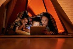 Семья смотря фильмы Стоковые Фото