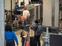 Семья собирая пожитки после проходить через Transportati стоковое изображение