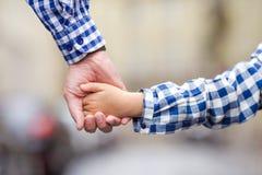 Семья совместно вручает вручную на улице на европейце Стоковое Фото