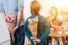 Семья совместно празднует праздник 8-ого марта стоковые фото