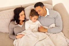 Семья спать совместно Стоковая Фотография