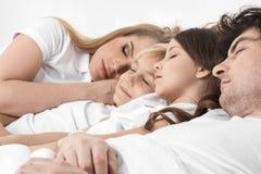 Семья спать совместно Стоковые Изображения