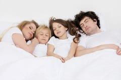 Семья спать совместно Стоковая Фотография RF