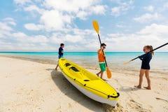 Семья сплавляться на тропическом океане Стоковое фото RF