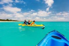 Семья сплавляться на тропическом океане Стоковая Фотография