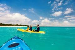 Семья сплавляться на тропическом океане Стоковые Изображения RF