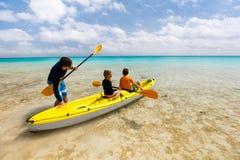 Семья сплавляться на тропическом океане Стоковая Фотография RF
